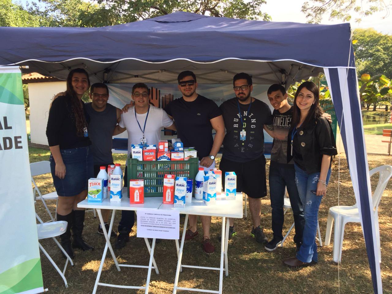 Conselheiros e voluntários do CMJ-PIRA, recebem doações de leite na 9ª Corrida Turística, através do projeto Corrida Solidária, ocorrido nos dias 23 e 24/07/2018.